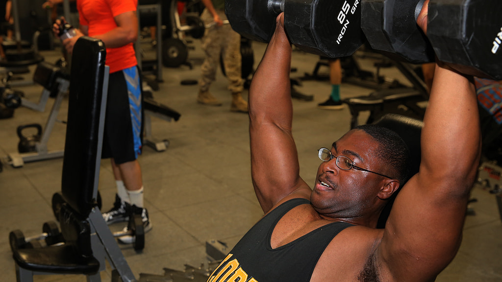 allenamento spalle deltoidi lento avanti