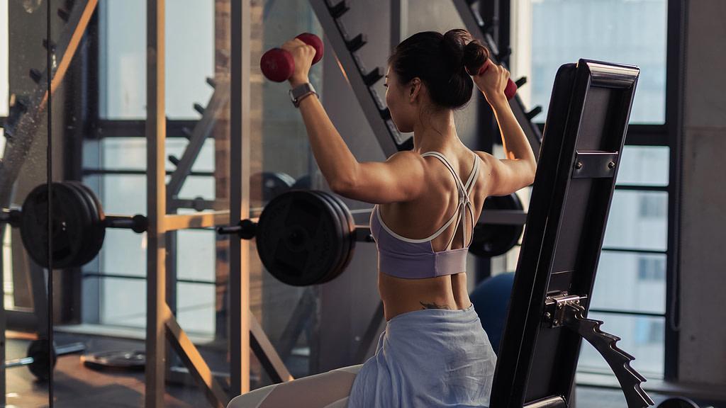 allenamento spalle deltoidi lento avanti ragazza