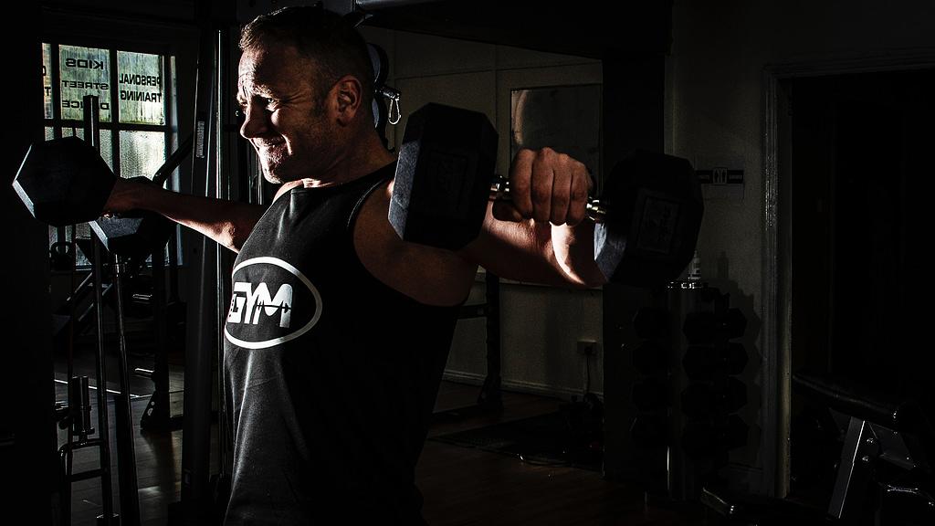 allenamento spalle deltoidi alzate laterali