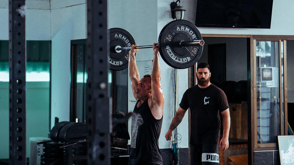 allenamento spalle deltoidi military press