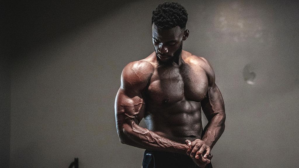Mettere Massa Bodybuilder in Posa