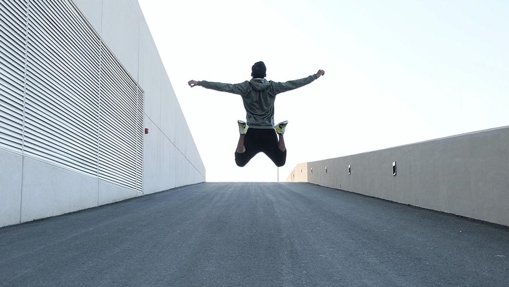 mettersi in forma ragazzo felice salta